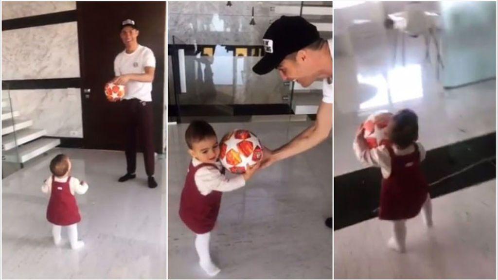 Cristiano Ronaldo le regala a su hija Alana el balón del 'hat-trick' que marcó al Atlético