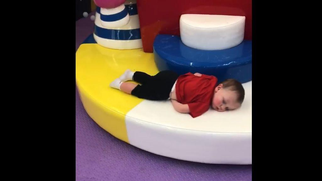 Un bebé conquista la Red con su tierna manera de dormir en un parque infantil