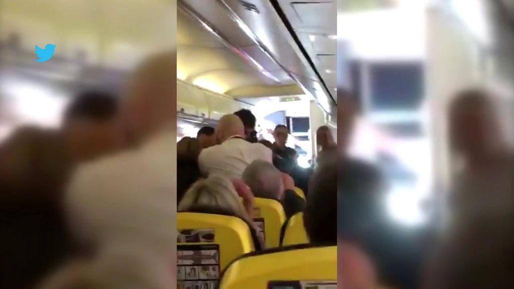Pelea sangrienta entre pasajeros en un avión
