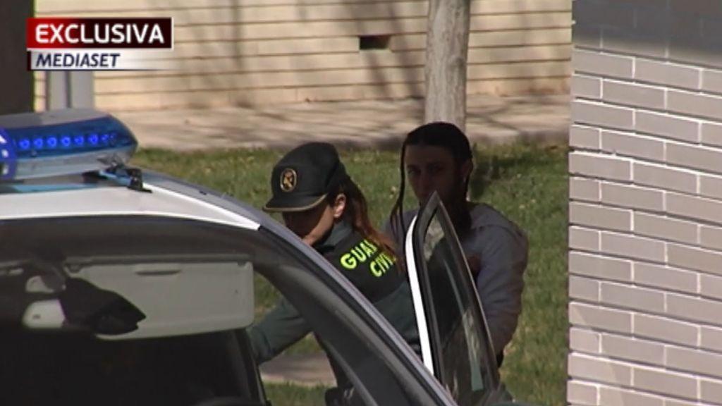 Las cámaras de Mediaset captan en exclusiva a la madre de los niños de Godella camino a la cárcel