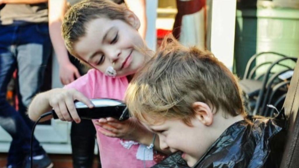 Un niño se rapa para ayudar a su amiga con cáncer