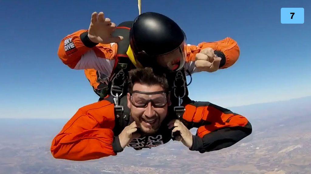 'Love is in the air': La encerrona romántica que acaba con Manu saltando de un avión (1/2)