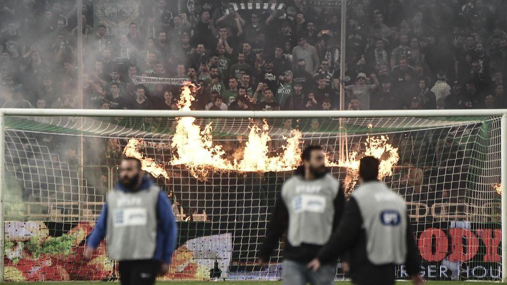 La vergüenza de Grecia: Ultras del Panathinaikos asaltan el banquillo del Olympiacos en pleno partido