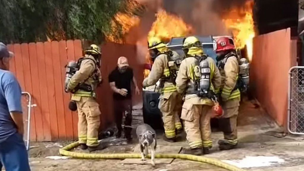 Salta por encima de los bomberos y se mete en medio de las llamas para salvar a su perro