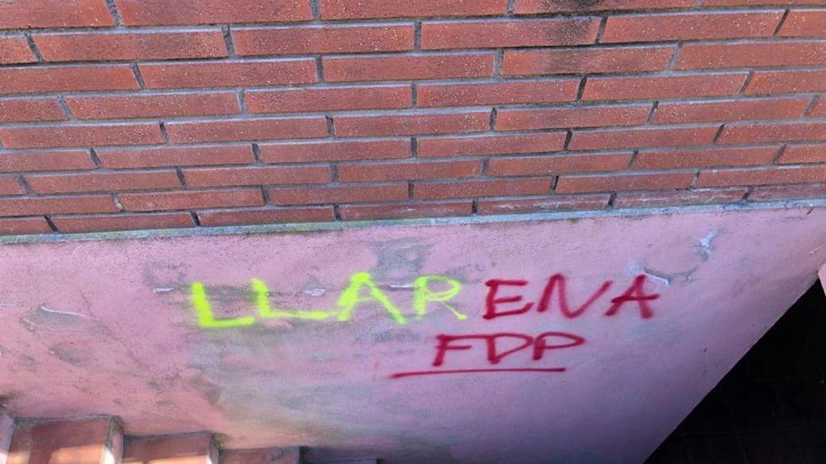 Vuelven a pintar la casa del juez Llarrena en Barcelona