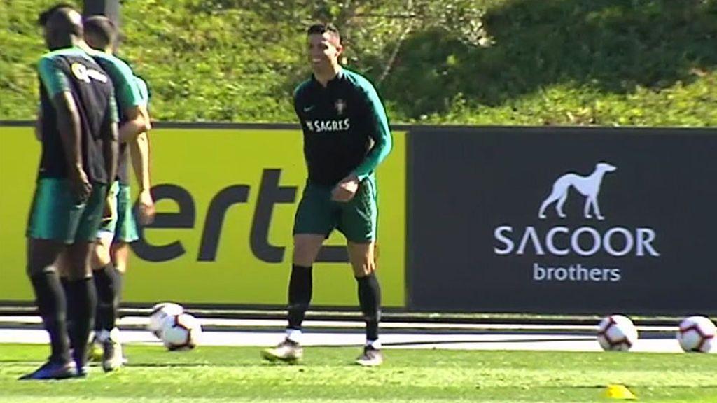 La caída de Cristiano Ronaldo al intentar hacer un pase en el entrenamiento con Portugal