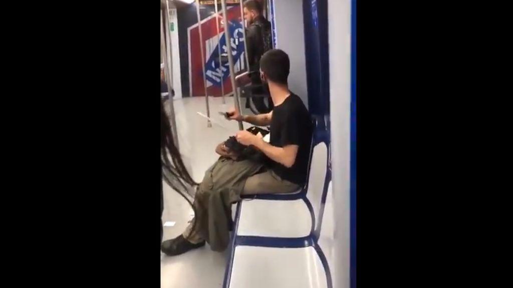 Desvelan el misterio del joven que iba afilando un cuchillo en el Metro: es un cortador de jamón