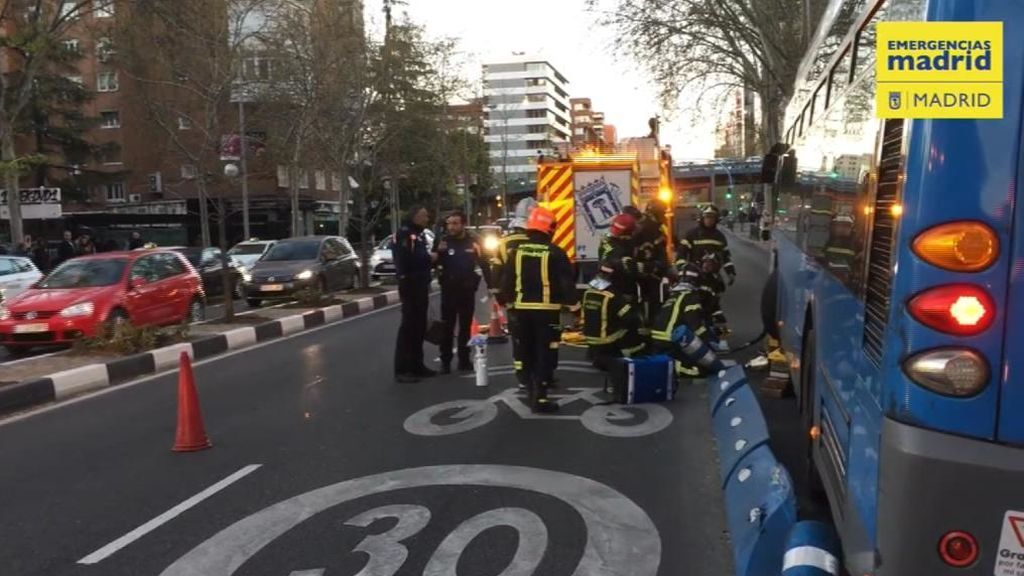 Grave tras ser atropellada por un autobús mientras miraba el móvil en Madrid