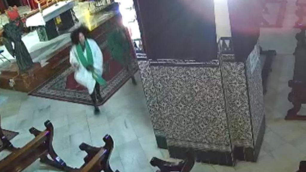 Detenidas dos mujeres en Sevilla por disfrazarse con las ropas del cura y burlarse