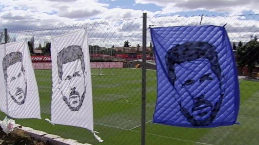 Unas pancartas de apoyo a Simeone presiden el entrenamiento del Atlético de Madrid