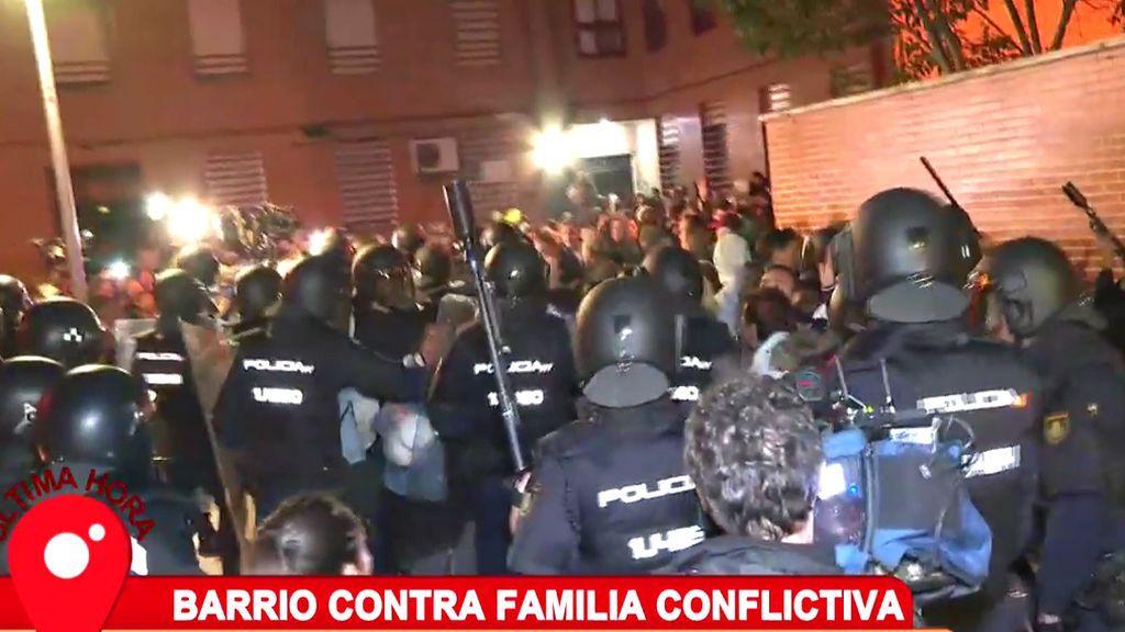 Carga policial en directo tras el asesinato de un hombre que sacaba a su perro en Vallecas