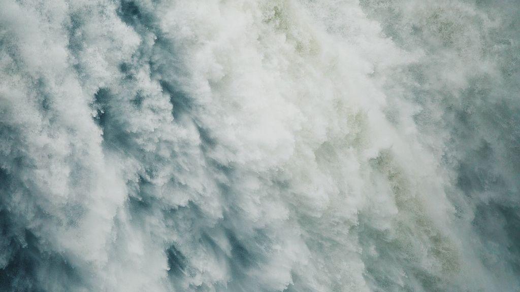 Olas gigantes de más de 30 metros arrasan con todo a su paso