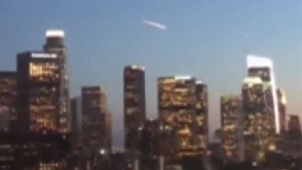 Un enigmático haz de luz en el cielo de Los Ángeles desata una ola especulaciones sobre su origen