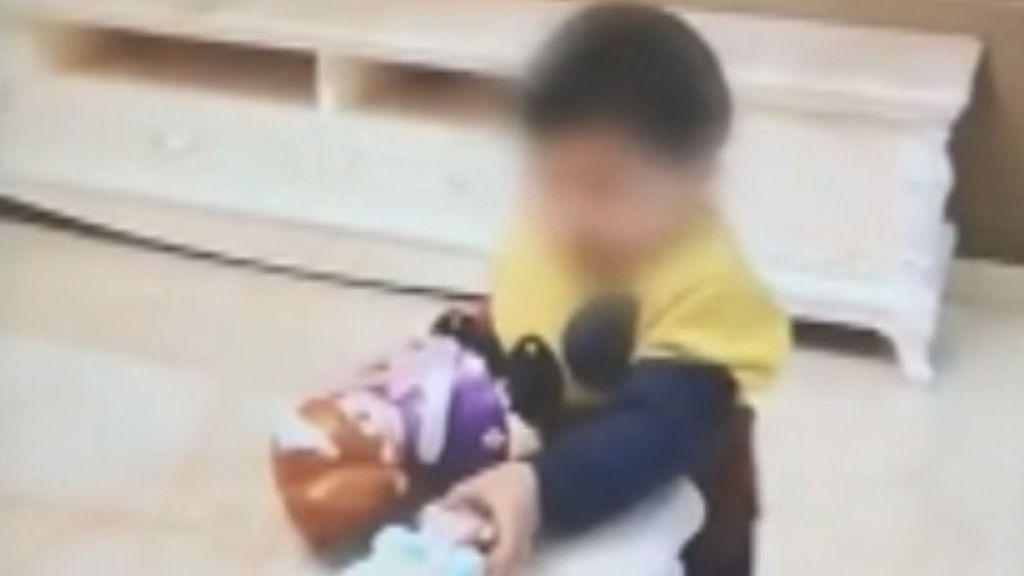 """""""La niña está con los abuelos"""": engaña a su mujer y vende a su hija por 7.800 euros"""