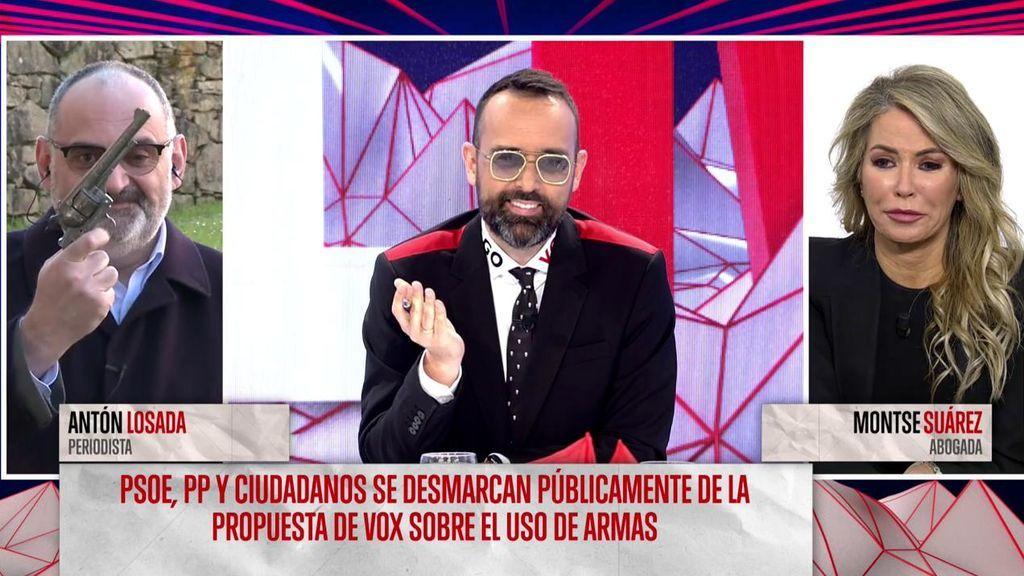 """Antón Losada critica la """"carallada"""" de las armas de Vox con una pistola de juguete"""