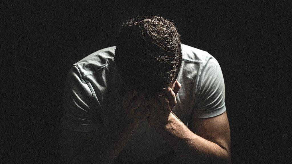 Fallece un hombre después de ser violado por seis de sus compañeros