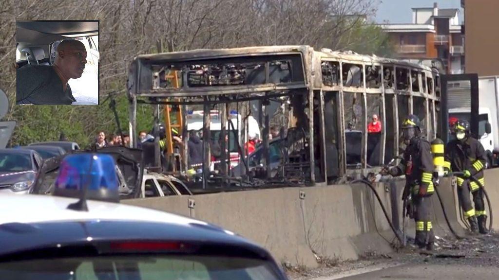 """El niño a bordo del autobús secuestrado en Milán que llamó a la Policía:  """"Quiere hacer una matanza, quiere llegar al aeropuerto y quemarlo todo"""""""
