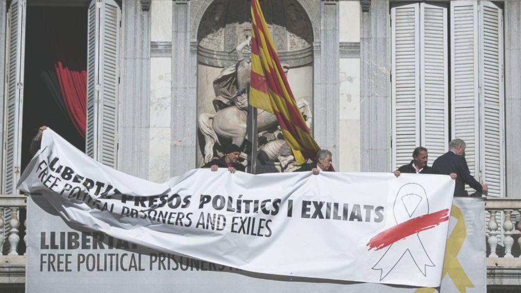Retiran los lazos amarillos de la Generalitat y Torra amenanza con querellarse