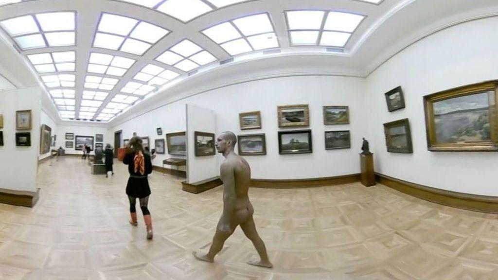 Un hombre desnudo pasea por un museo de Moscú como parte de una 'performance'