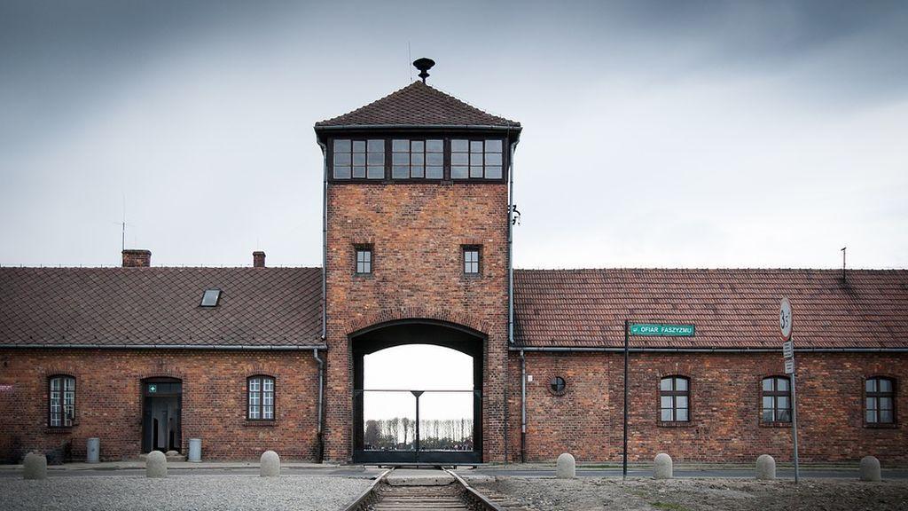 """El Museo de Auschwitz pide 'respeto' al fotografiarse en el lugar donde """"asesinaron a un millón de personas"""""""
