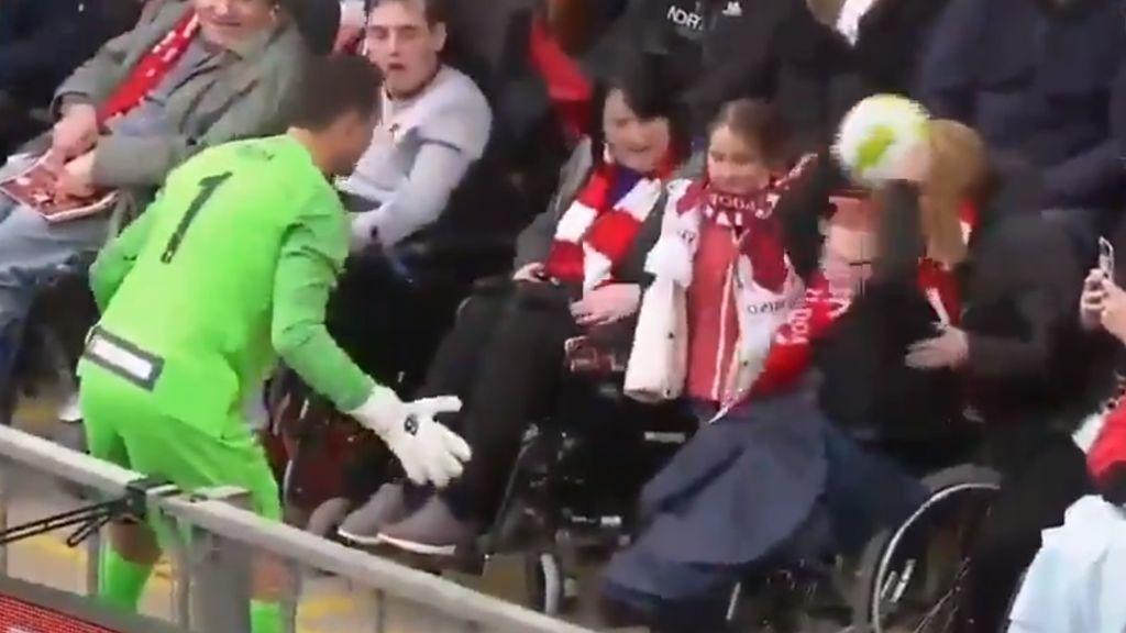 El gran gesto de Dudek con un aficionado en silla de ruedas del Liverpool