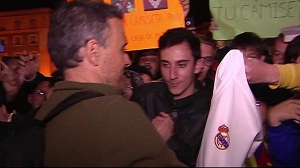 Luis Enrique firma a todos en Mestalla, incluida una camiseta del Real Madrid