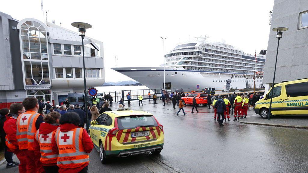 El crucero noruego Viking Sky llega al puerto de Molde con casi 900 pasajeros a bordo
