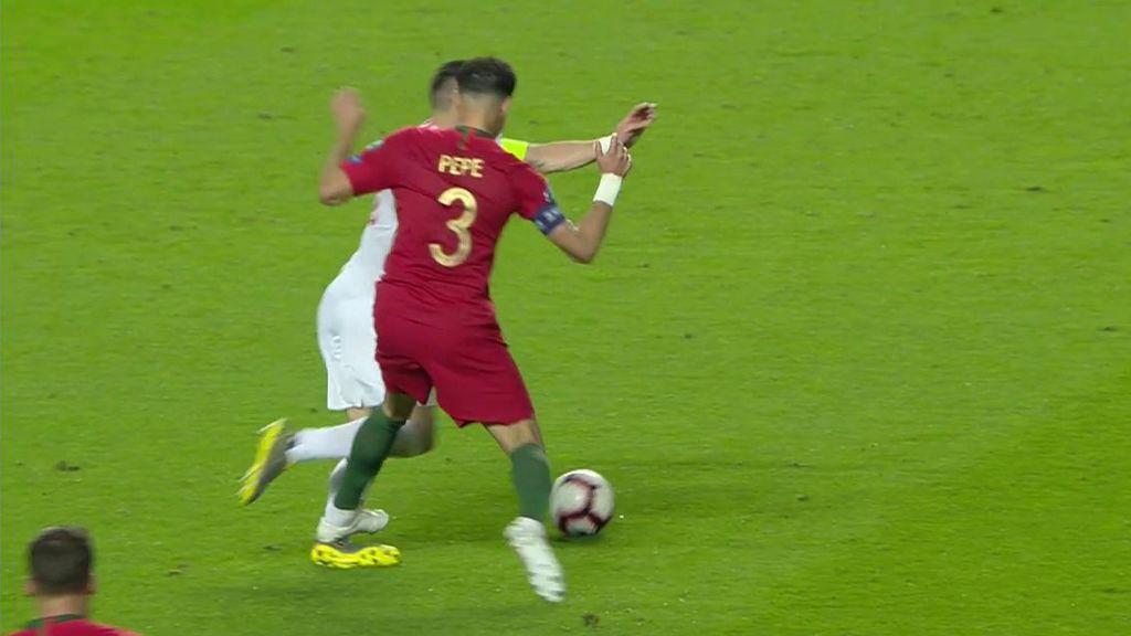 Pepe le hace una plancha brutal a Tadic y protesta porque le enseñan la amarilla