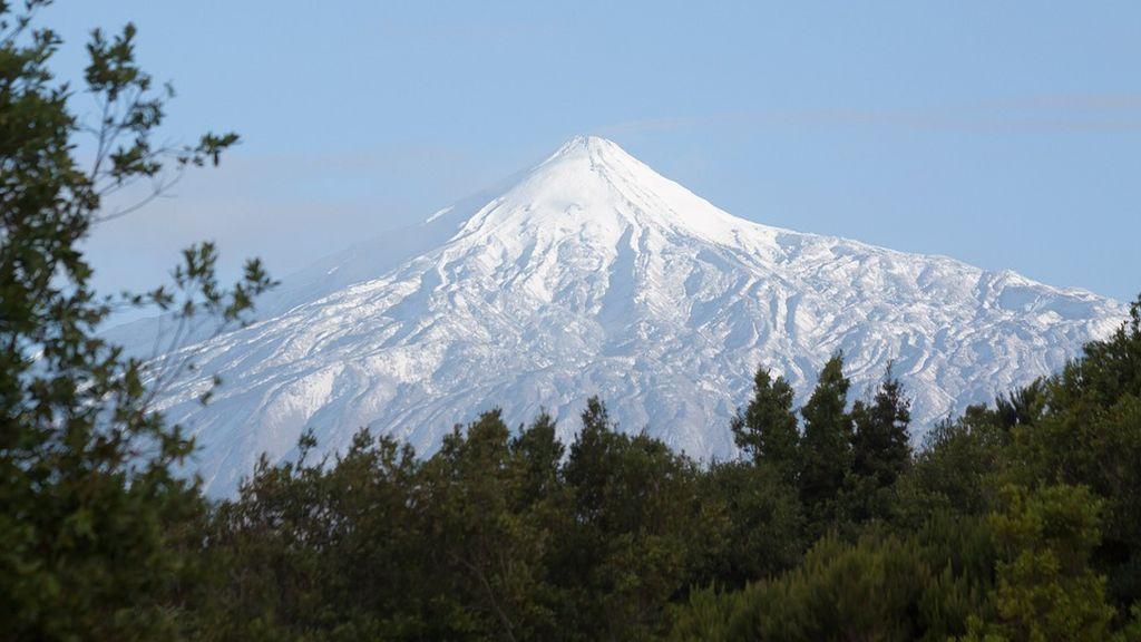 La nieve invade el Teide provocando cortes de carreteras e imágenes inéditas