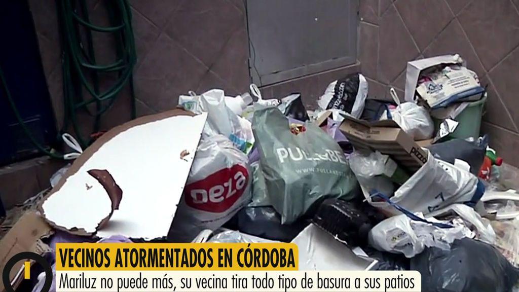 Su vecina de arriba le tira basura, botellas y cuchillos al patio de su casa en Córdoba