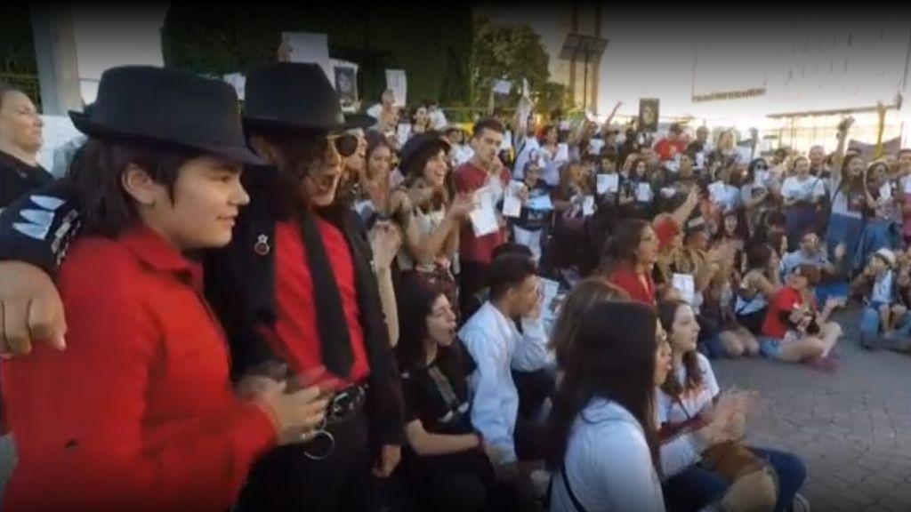Concentración masiva de personas en Argentina en defensa de Michael Jackson