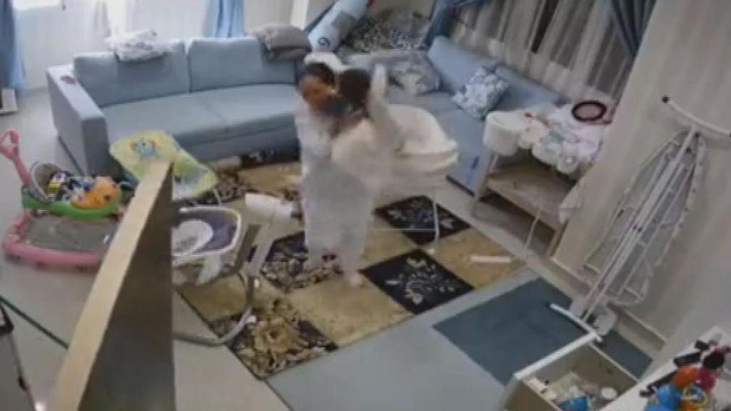 Salva la vida al bebé que cuidaba segundos antes de que se derrumbara el techo