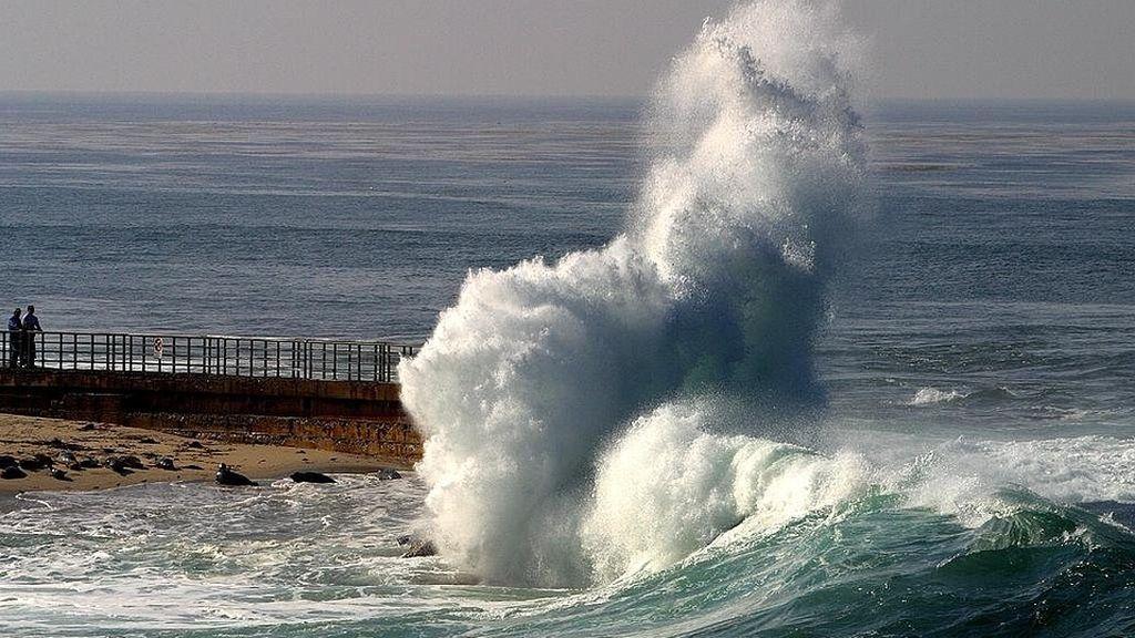 Todas las costas de España, con avisos naranjas por olas de hasta 5 metros