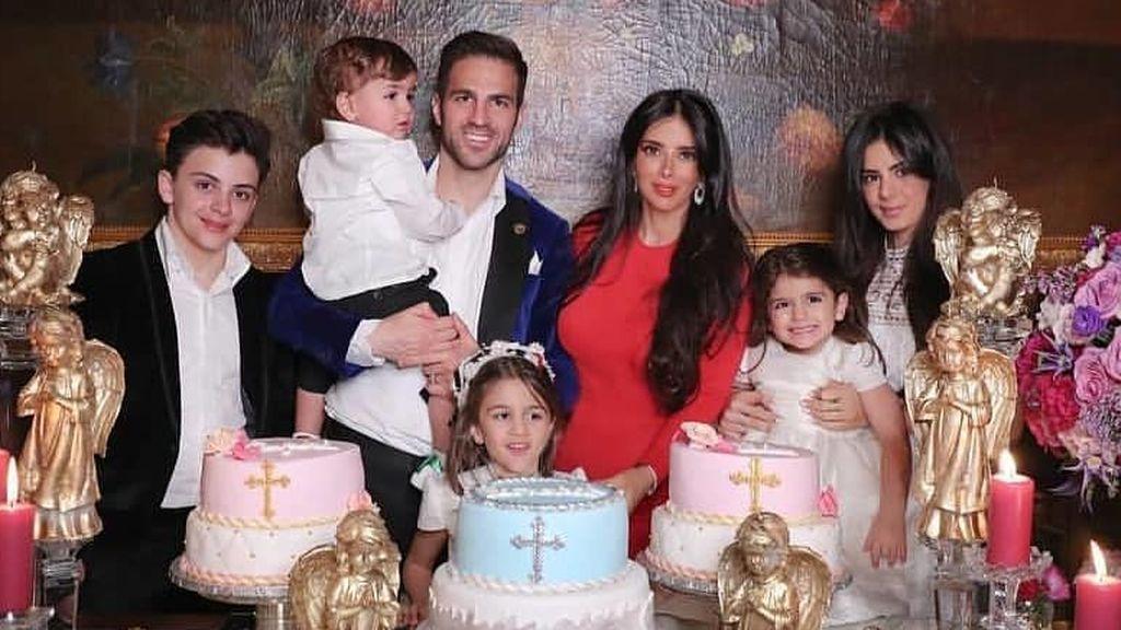 El comentado bodegón de la familia de Cesc Fábregas y Daniella Semaan por el bautizo de sus hijos, a examen