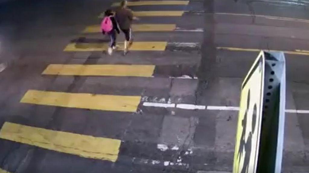 Un padre empuja a su hija para evitar que la atropellen
