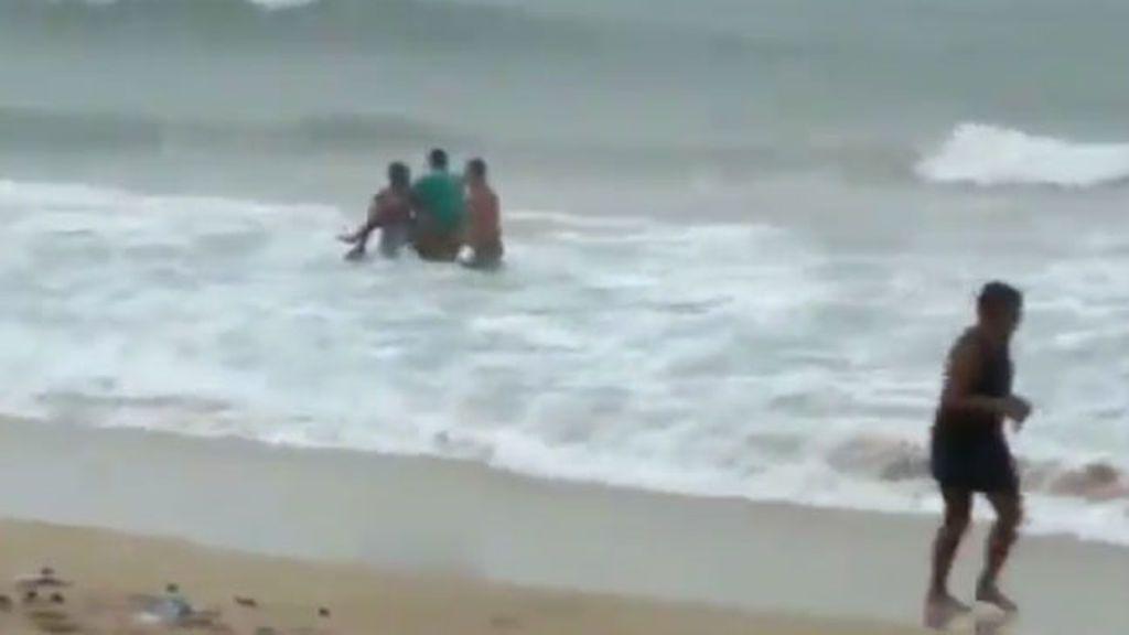 Un rayo mata a la campeona de surf de Brasil mientras entrenaba