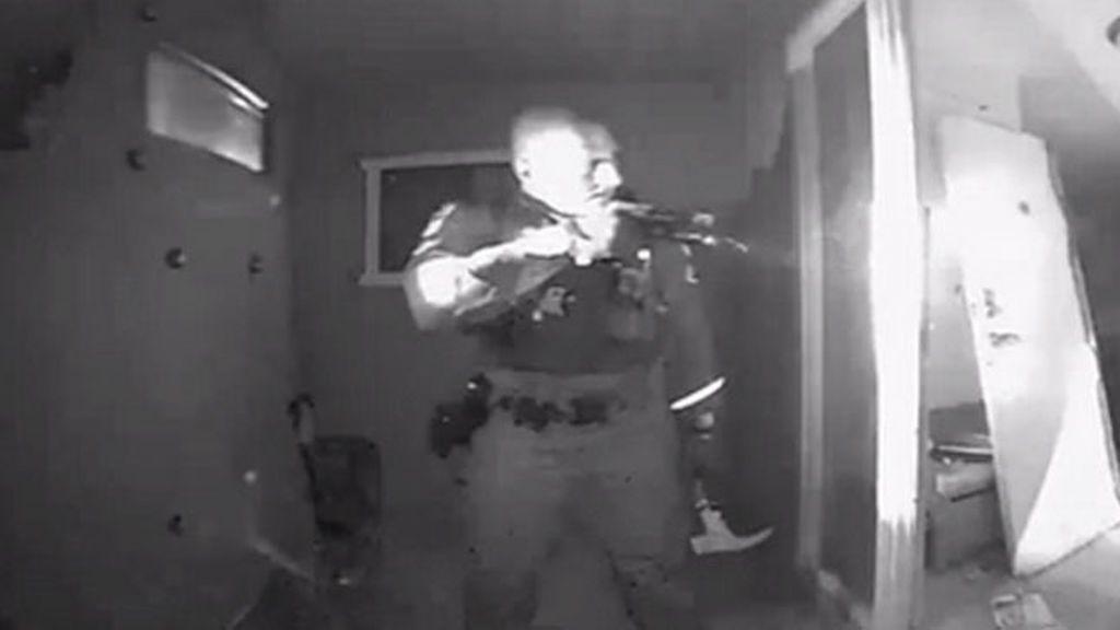 La policía de Arizona irrumpe violentamente en una vivienda para sacar a un menor con fiebre que no estaba vacunado