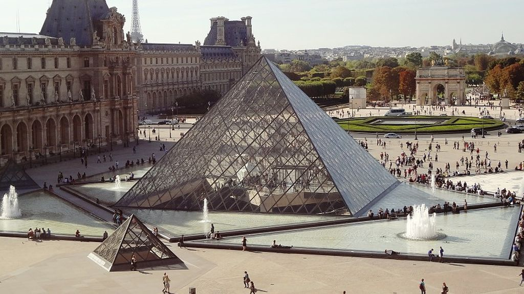 La pirámide del museo del Louvre celebra su 30 aniversario con una curiosa imagen