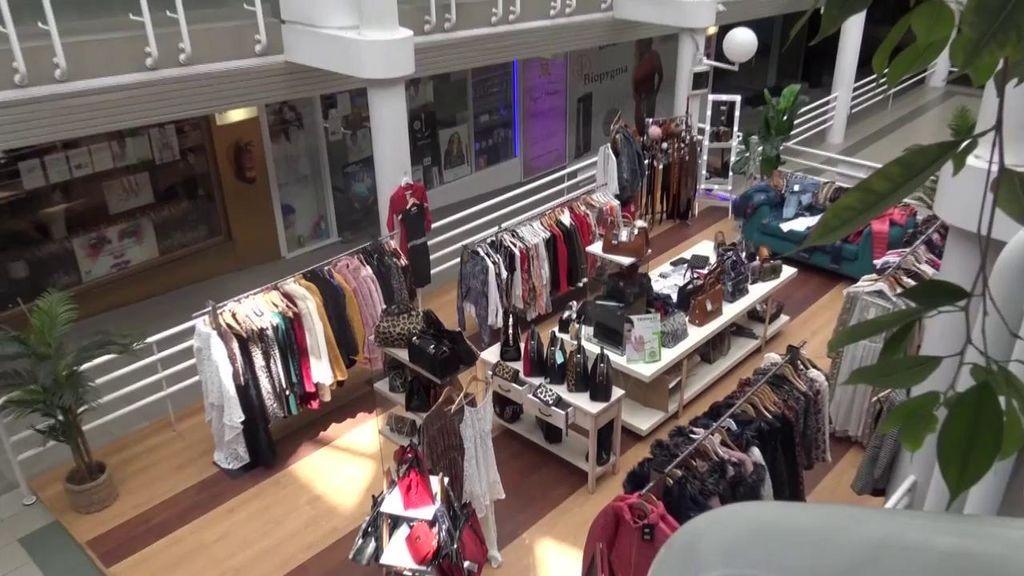 Visitamos la tienda de ropa de Raquel Mosquera y nos la encontramos desatendida y sin clientes