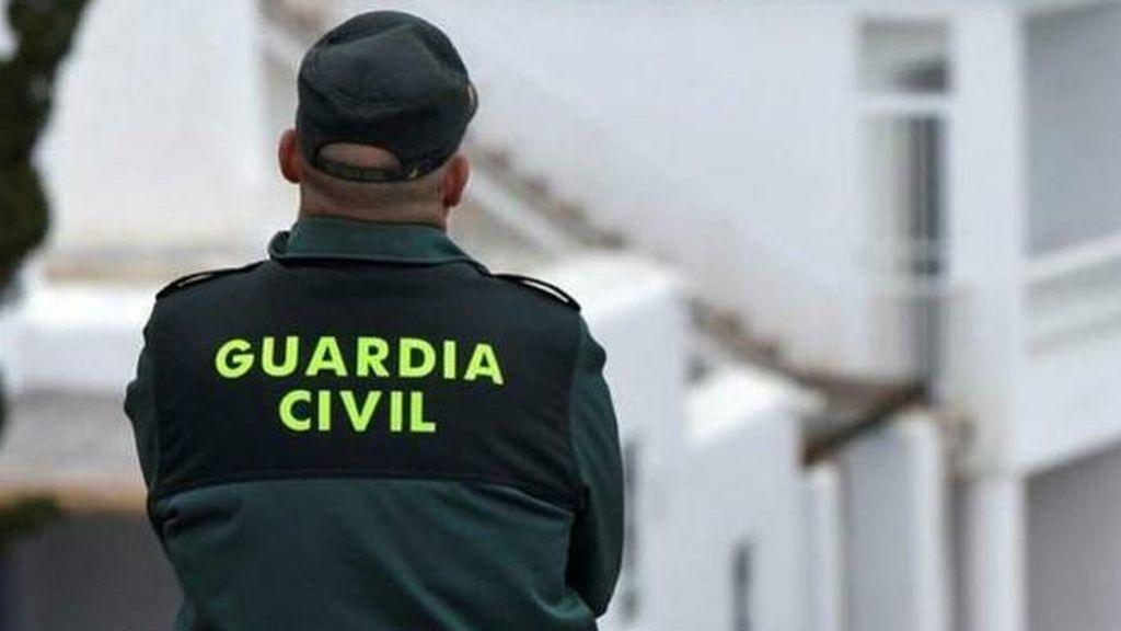 El tierno gesto de un guardia civil con un bebé en la carretera