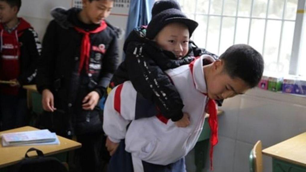 Un niño carga con su amigo discapacitado a la escuela todos los días desde hace seis años