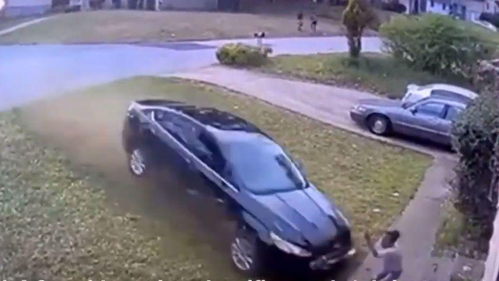 Pierde el control del coche y embiste a toda velocidad a una niña de 9 años que jugaba en su jardín