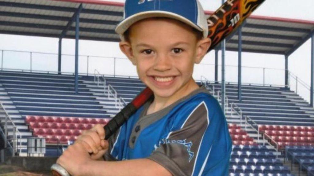 Muere un niño de 6 años de un ataque al corazón mientras se fotografiaba con su equipo de béisbol