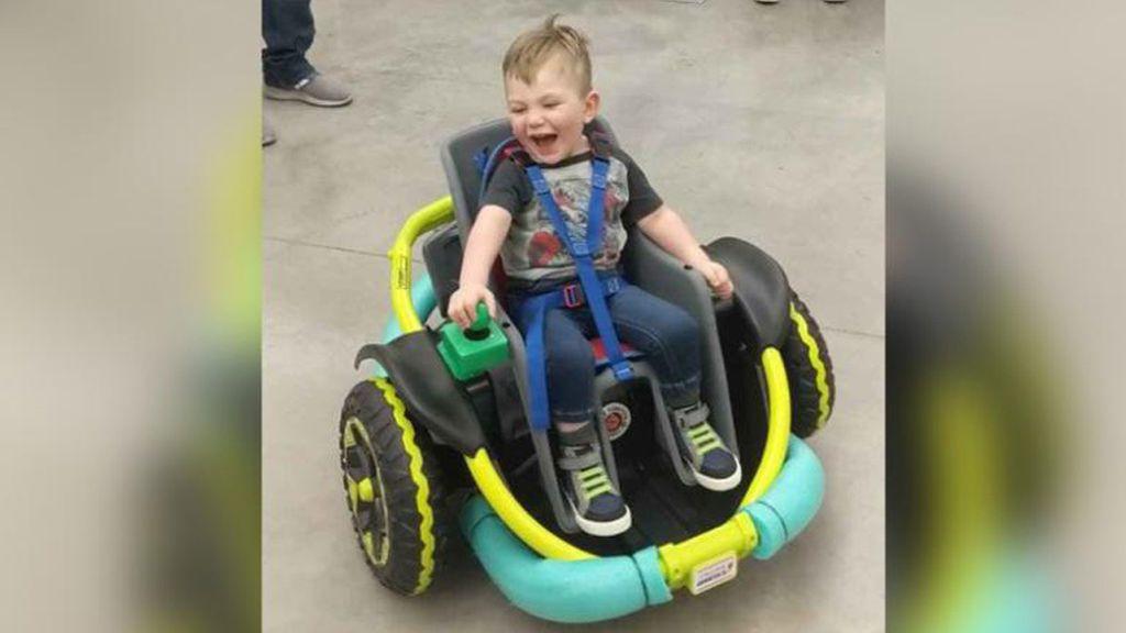 Alumnos de un instituto fabrican una silla de ruedas eléctrica para un niño