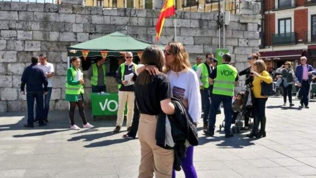 El beso de la semana: el beso lésbico de dos chicas ante un puesto de  Vox