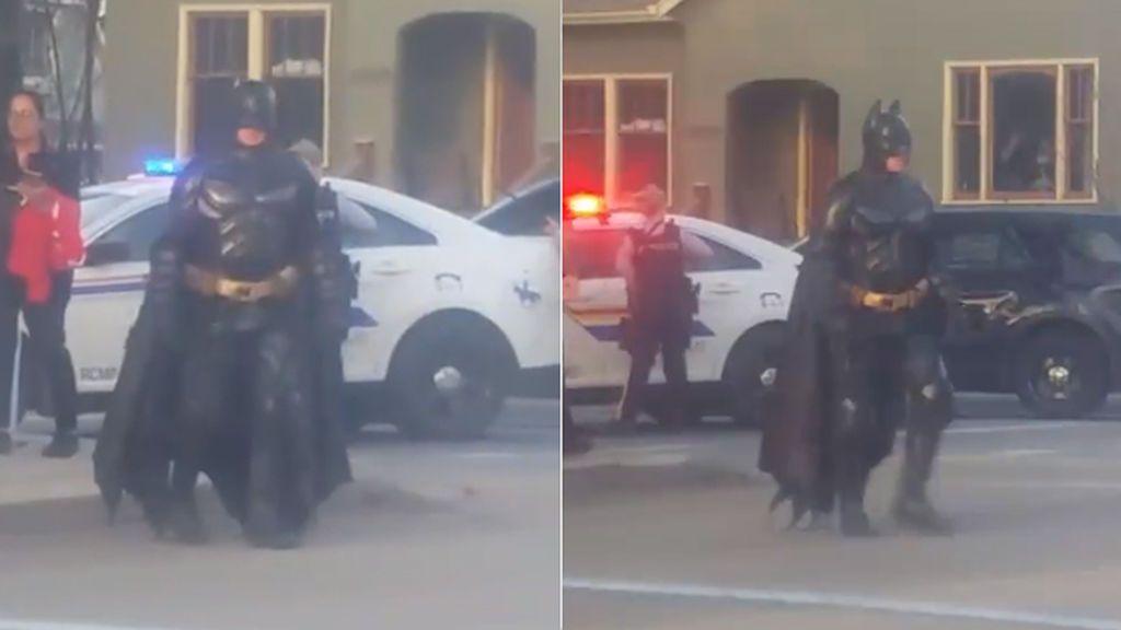 Se busca al 'superhéroe' que se acercó a policías armados para 'ayudarles': ¿Quién es el Batman de Okanagan?