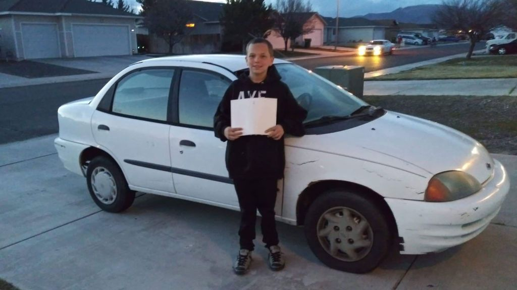 Un niño, amante de los videojuegos, vende su Xbox para comprar un coche de segunda mano a su madre