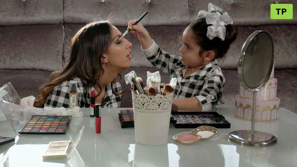"""El primer tutorial de maquillaje de la mini Noemí: """"Hasta el cielo de brilli brilli"""""""