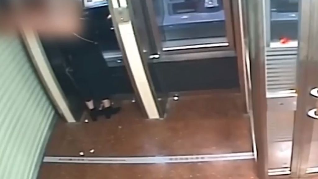 Roba a una mujer en el cajero y le devuelve todo el dinero al ojear su comprobante