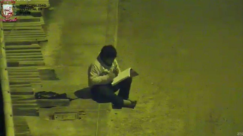 Un niño peruano estudia a la luz de la farola porque en su casa no hay electricidad